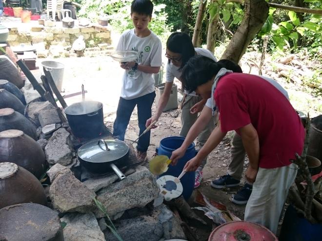 區太在教學生用柴火煮食
