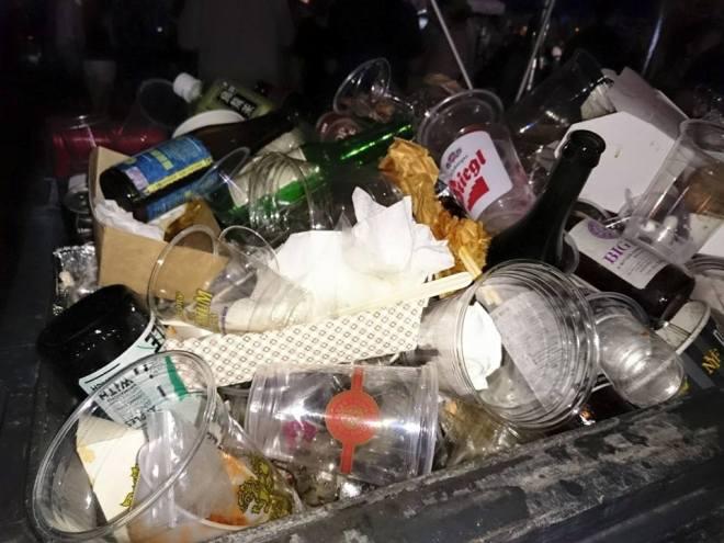 參加者將玻璃樽都丟進垃圾桶