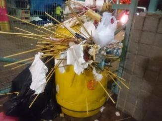 大埔年宵市場的垃圾桶「爆了」。