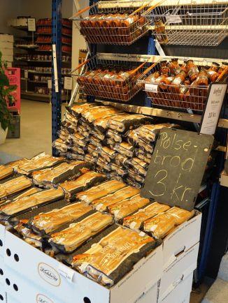 店內多出售預先包裝的食物和乾糧,這些食物即使過了保質期,在適當儲存下仍不會構成食用安全風險。