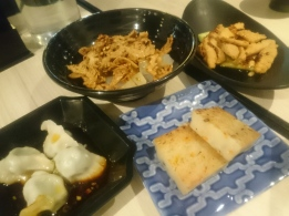 尚素 - 紅油菜水餃(左)、麻辣蘿蔔魷片(中上)、 蘿蔔糕(中下)、麻辣口水素雞(右)