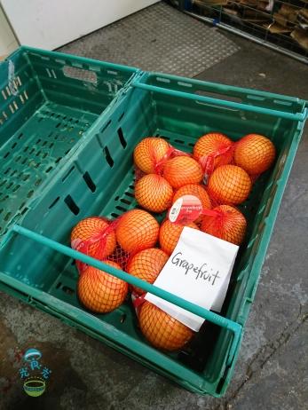 這些西柚看來還很新鮮,但已被送到回收倉,想像不到沒有回收的話,有多少這些生果會送到垃圾桶去