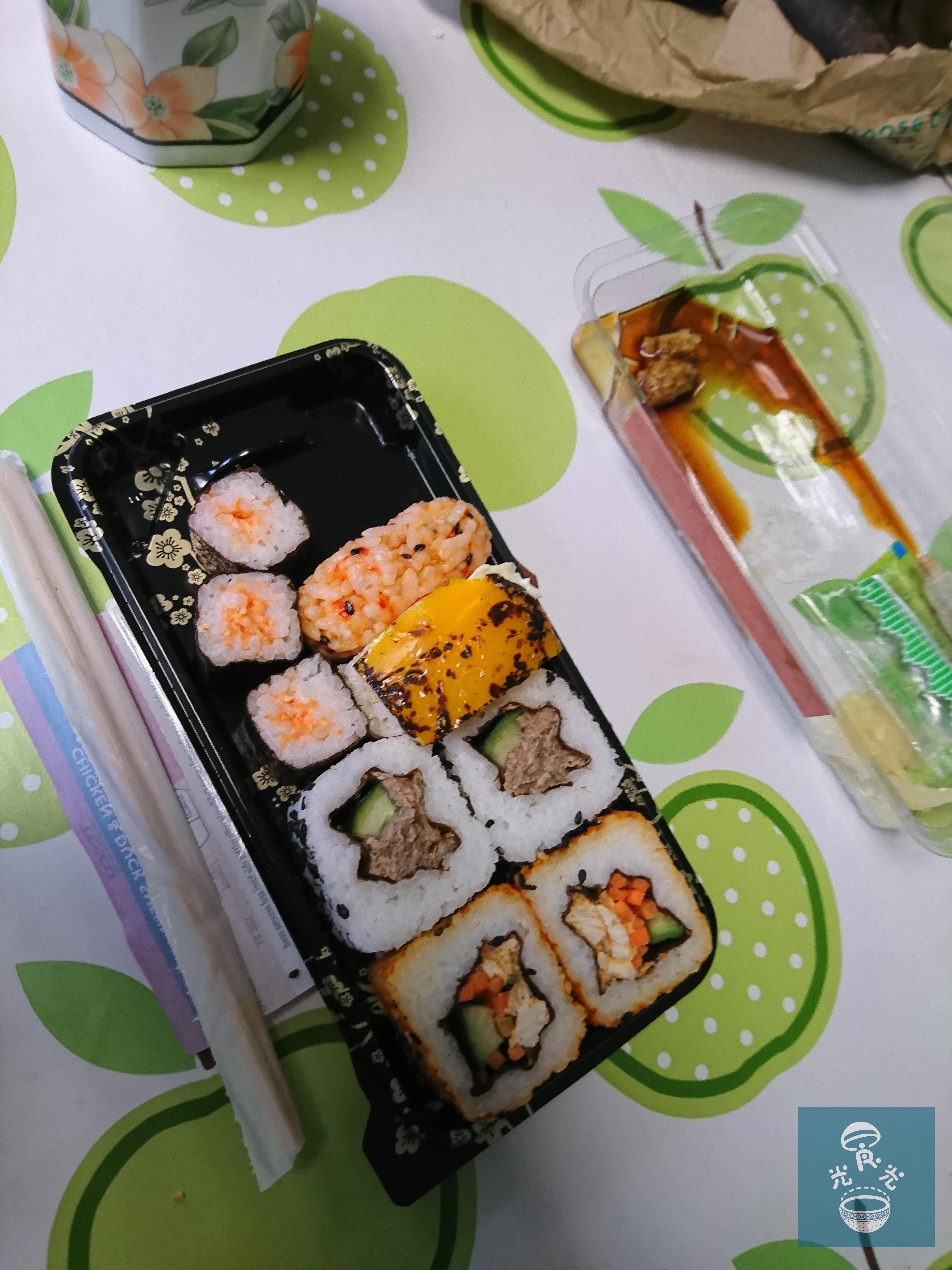 有次午飯時,在雪櫃取了給義工享用的壽司,由這邊超市捐出......說實的,味道真不太好,不知是本身味道已是這樣,還是因為放在冷箱太久