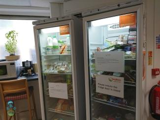 休息室的雪櫃,放了些不會捐出的食物