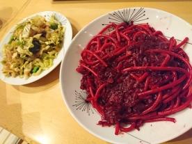獲得一堆紅菜頭,不知怎樣用,煮了紅菜頭意粉,變了蚯蚓意粉。