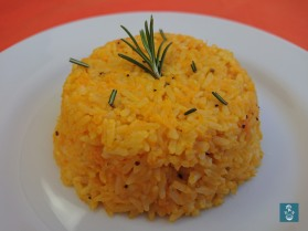 南瓜飯上迷迭香 Pumpkin rice on a white plate with rosemary on top