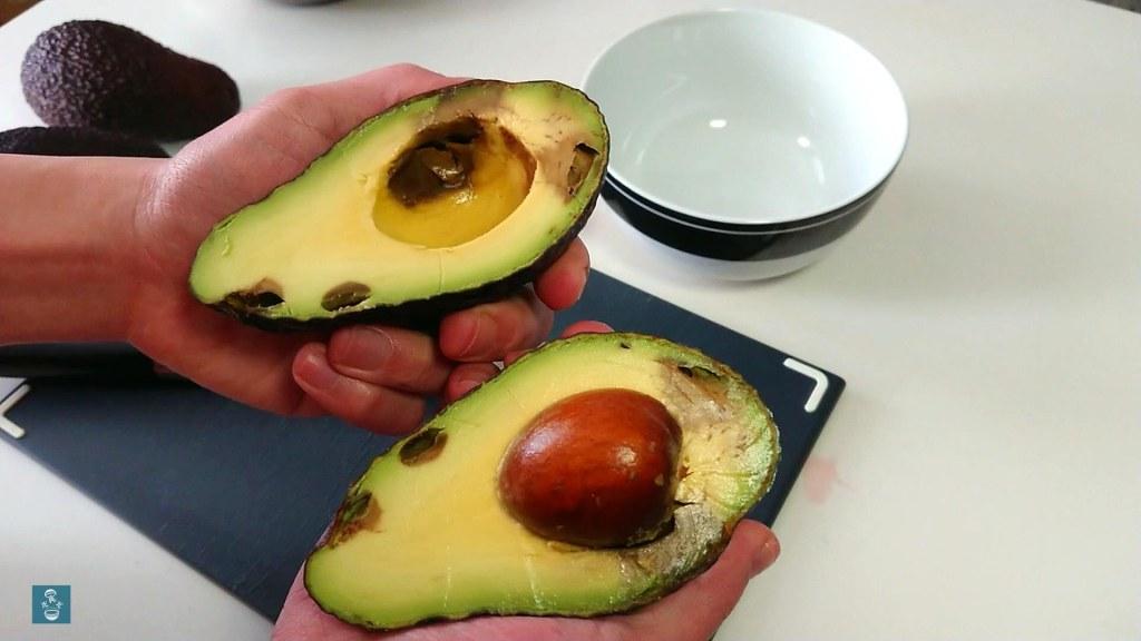 切開了的過熟牛油果 cut overripe avocado